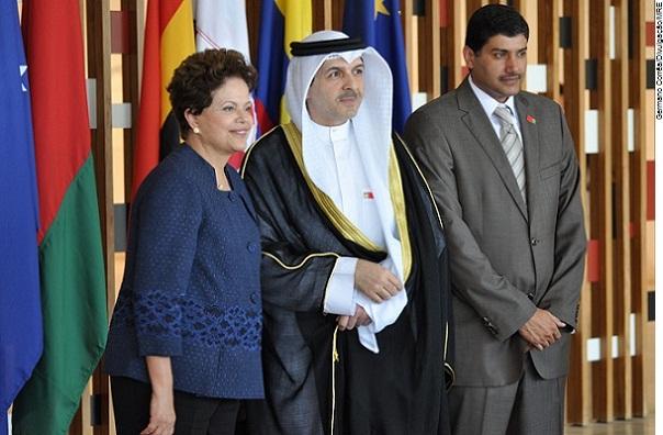Presidente Dilma Rousseff e o Embaixador do Kuwait, Yousef Ahmad Abdul-Samad no Palácio Itamaraty.