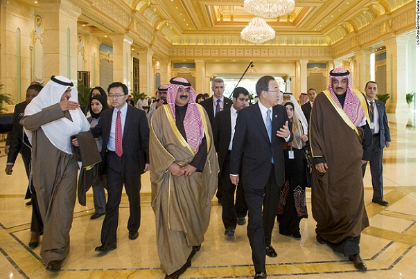 O Secretário-Geral Ban Ki-moon acompanhado por  Amir do Kuwait, Sheikh Sabah Khalid Al Hamad Al Sabah, e pelo Vice-Primeiro-Ministro e Ministro dos Negócios Estrangeiros do Estado do Kuwait.