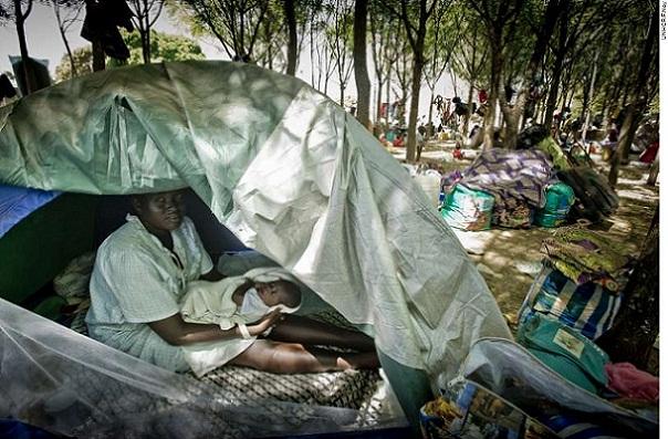 Athieng em Dzaipi com seu bebê Nyarang, refugiados em Uganda.